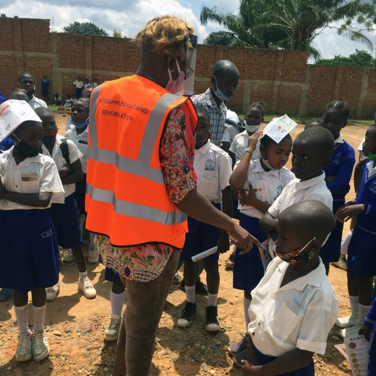 Various Covid-19 awareness sessions continue to be hosted at the schools in the community adjacent to Kibali Gold Mine in the DRC. The sessions include interactive discussions with children about the preventative measures, and face masks are also distributed.