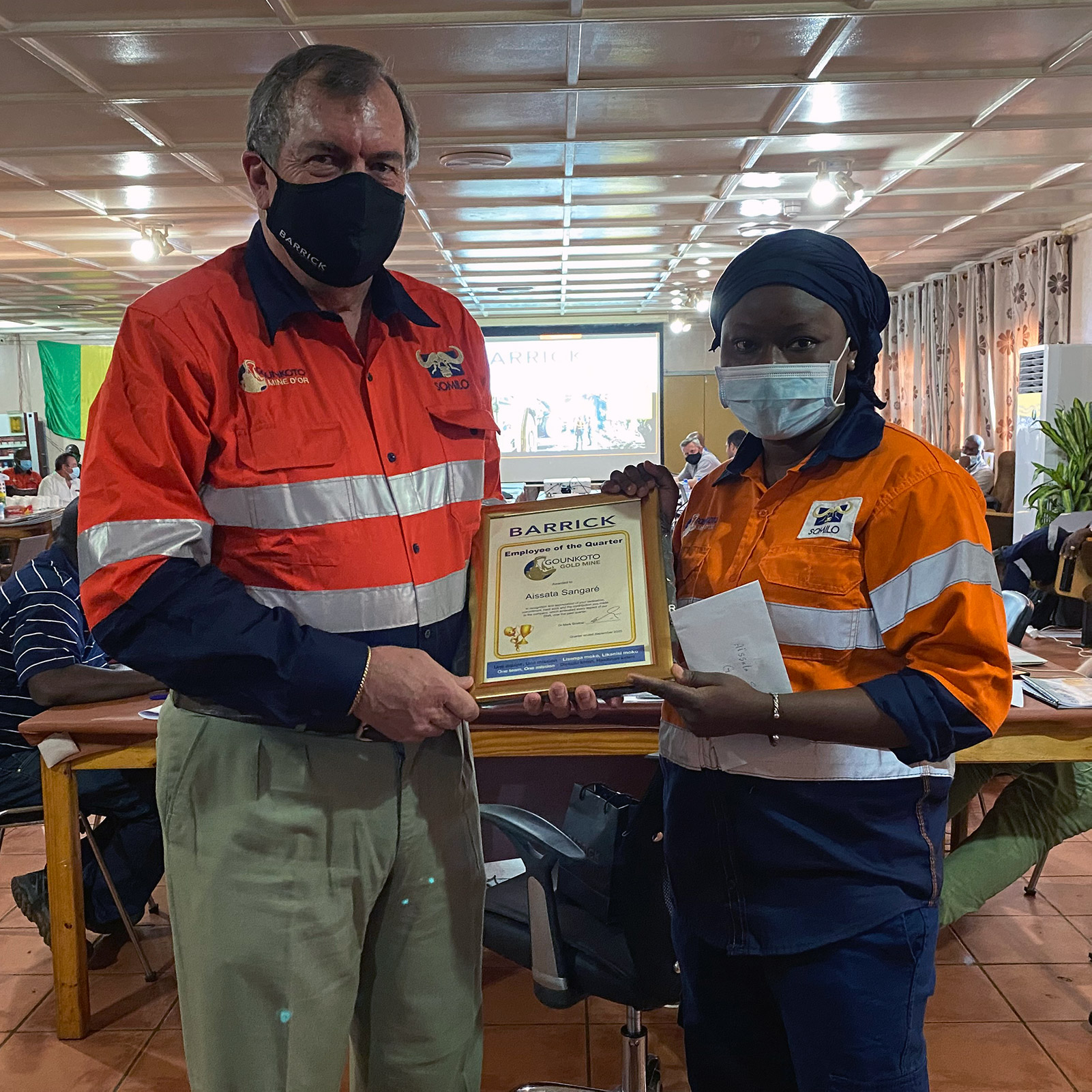 Aissata Sangare, Medium-Term Mining Planning Engineer at the Gounkoto mine, receives the 'Employee of the Quarter' award from Barrick president and CEO Mark Bristow.